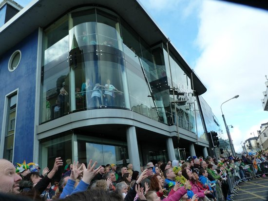 Mcgettigan's Hotel Letterkenny: Residents view parade from one of the lounges