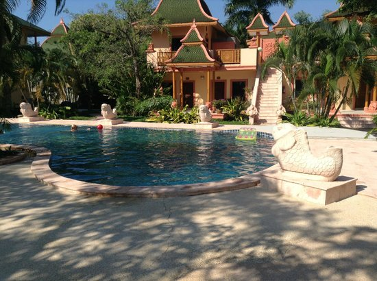 Coconut Beach Resort: Rummen och poolen