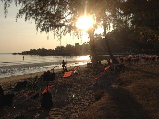 Coconut Beach Resort: Solnedgång vid stranden och restaurangen