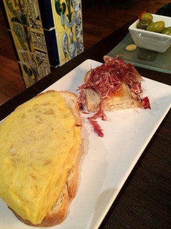 Viva Madrid Restaurante: Tortilla y Jamón ibérico con queso brie!