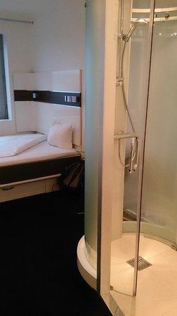 Wakeup Copenhagen Carsten Niebuhrs Gade : Bedroom + toilet