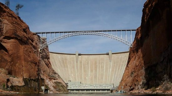 Colorado River Discovery : Beginning of the tour at the Powell Dam