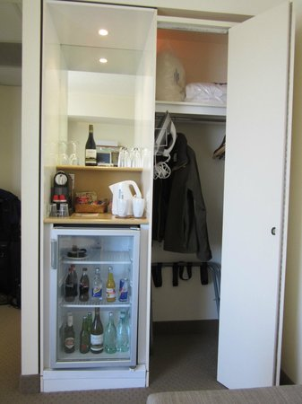 Novotel Rotorua Lakeside: Junior suite- fridge and closet