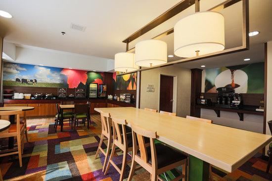 Fairfield Inn & Suites Lexington Berea: Breakfast area