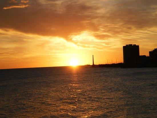 Los Jardines Colgantes de Babilonia Hostel Montevideo: Atardecer en el Dique Mauá