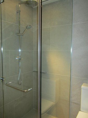 SKYCITY Grand Hotel: Premium luxury room- shower