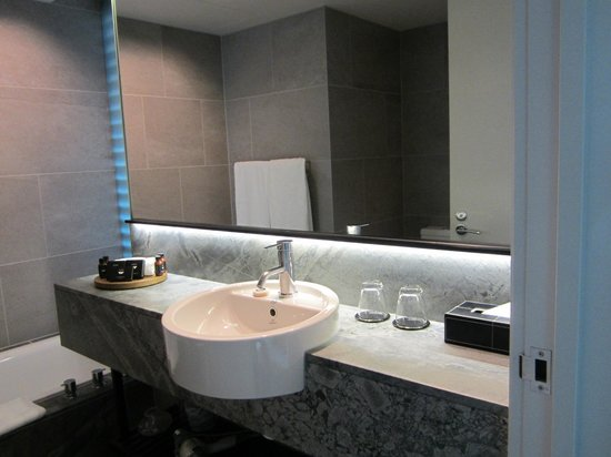 SKYCITY Grand Hotel: Premium luxury room- sink