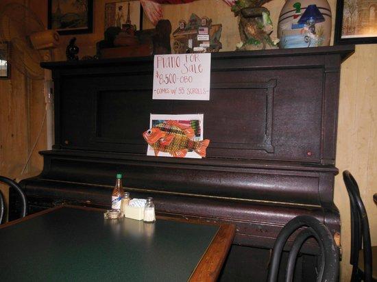 Chez Jacqueline Restaurant: piano à rouleaux