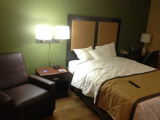 Extended Stay America - Seattle - Lynnwood: Queen Bed with Leather Recliner