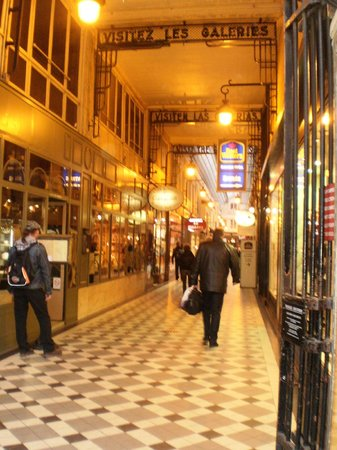 Best Western Hotel Ronceray Opera : The entrance to the hotel in a covered shopping street