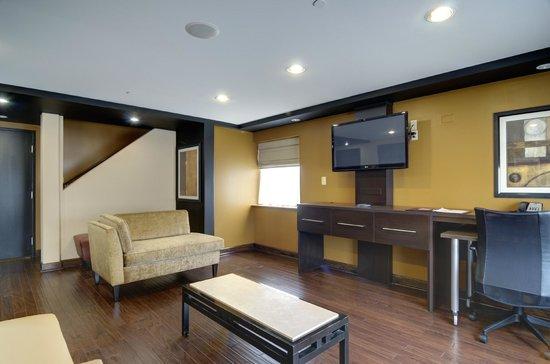 Clarion Inn Elmhurst - Oakbrook: Jacuzzi Suite - Living Area