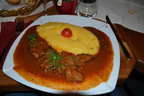 Pra Valentini: gulasch con polenta