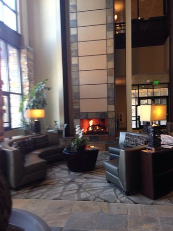 Newpark Resort & Hotel: Lobby fireplace beautiful