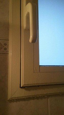 Bologna Hotel Pisa : La condensation sur la fenêtre de la salle de bains