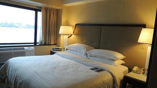 Sheraton Lincoln Harbor Hotel: Bed & Skyline