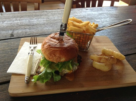 Doc Yarrum Cafe: my delicious hamburger with the fried onion rings to die for