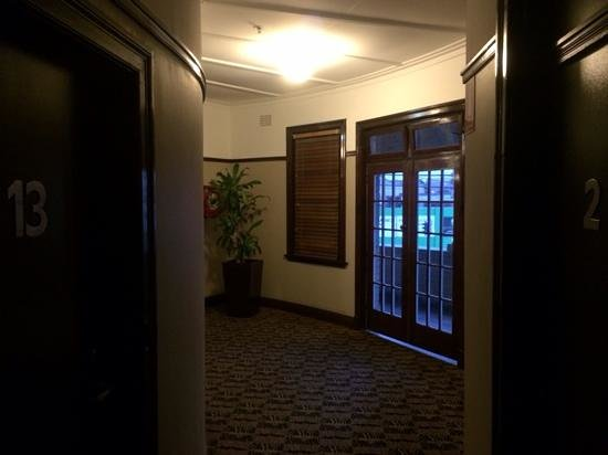 Southern Cross Hotel: Hallway to rooms