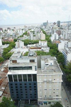 Four Points By Sheraton Montevideo: Вид на отель и город с крыши мэрии