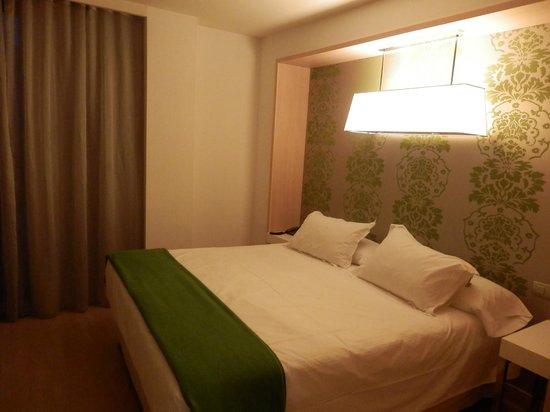 Double Tree Hilton  Hotel Girona: Buena cama y decoración