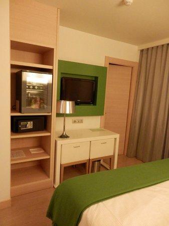 Double Tree Hilton  Hotel Girona: TV y minibar