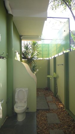 Motty's Homestay: funny outside bathroom