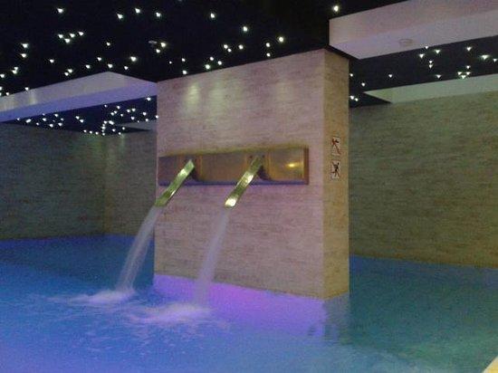 Tivoli Hotel: piscine dans l'espace remise en forme