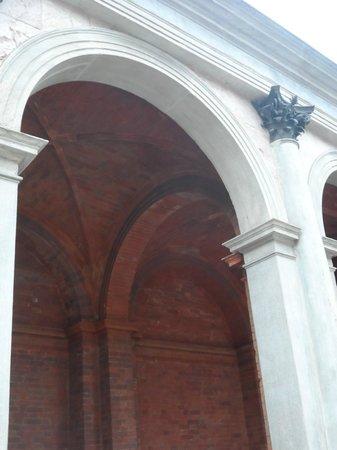 Chiesa di Santa Maria presso San Celso: porticato