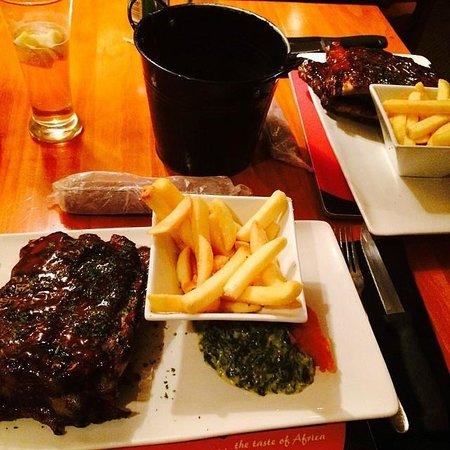 Serengeti Restaurant: Ladys pork spare ribs! salad on side.