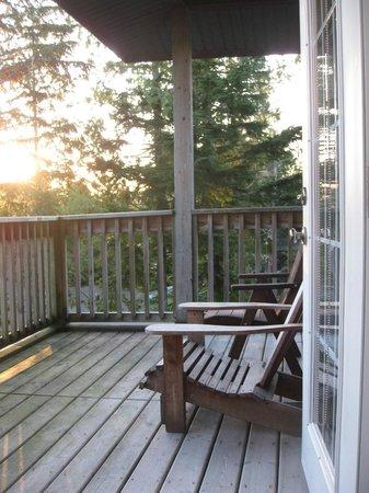Water's Edge Shoreside Suites: balcony overlooking ocean