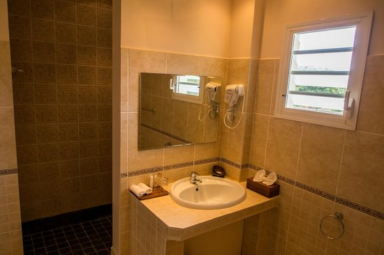 Royal Beach Hotel: Lavabo/douche