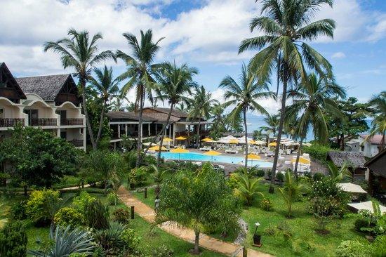 Royal Beach Hotel: Jardin