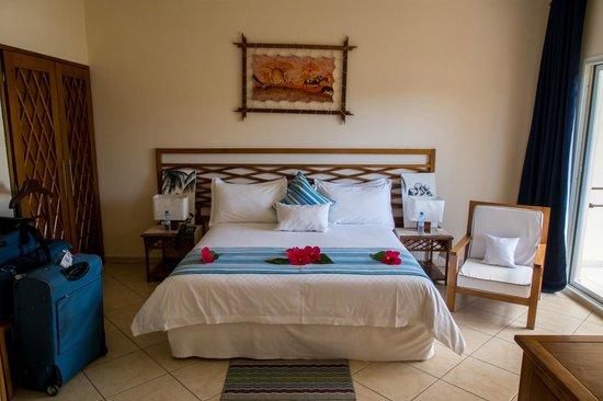 """Royal Beach Hotel : Lit """"king size"""", déco à l'arrivée fleurs du jardin"""