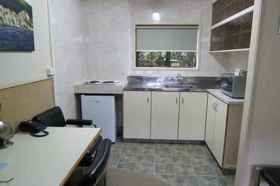 Beetham Park Motel: Economy room kitchen