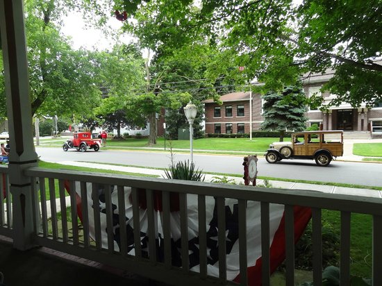 Ashley's Island House: Car parade from the porch