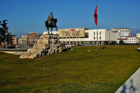 Skanderbeg Square: Πλατεία Σκεντέρμπεη