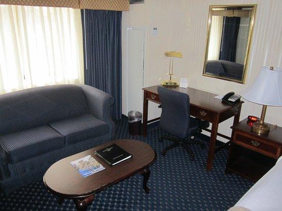 Crowne Plaza Hotel Nashua: 401 burea desk and sitting corner