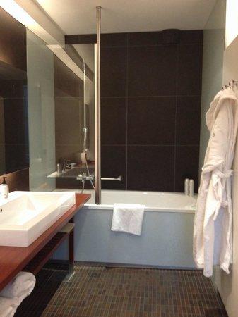 GLO Hotel Kluuvi Helsinki: まぁまぁ広いけど、扉やカーテンがなくて入りずらいシャワーw 他の部屋は違ったのかなぁ〜