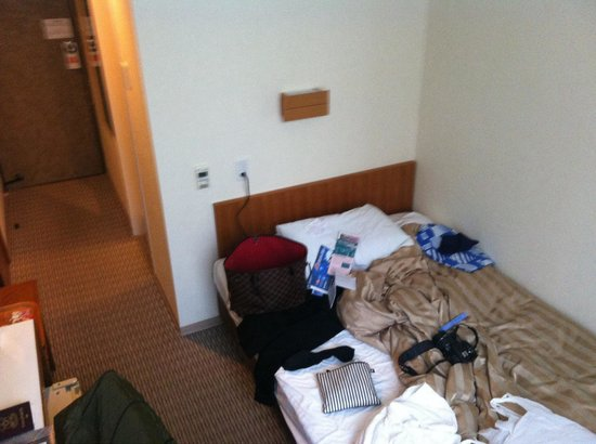 Hotel Gimmond Kyoto: Basic room but I like the plug next to the bed