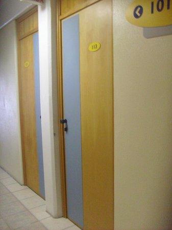 Hotel Le Canard Joinville: Porta dos quartos