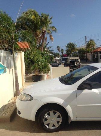 Little Paradise Aruba Vacation Apartments: la puerta y su cuadra