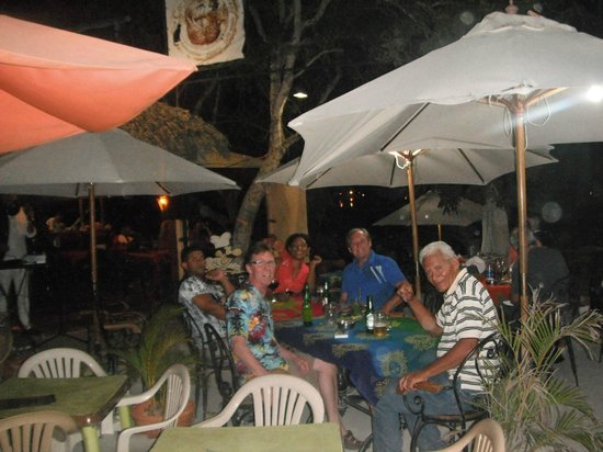 Commodoro Ristorantino Pizzeria: enjoying the outdoor ambiance by the beach
