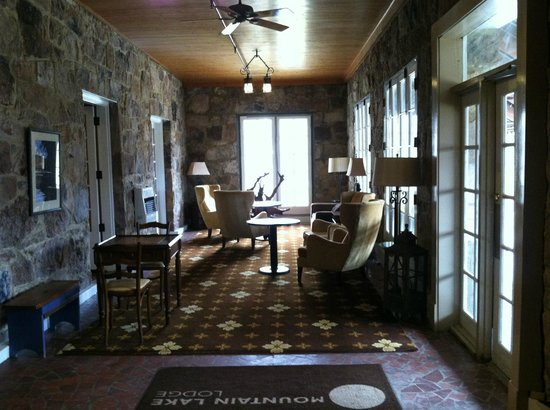 Mountain Lake Lodge : game table and artwork in lounge