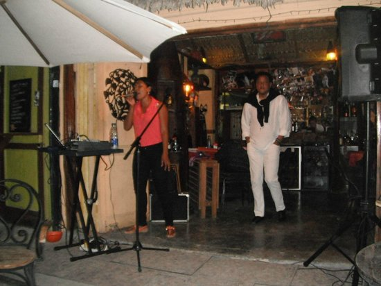 Commodoro Ristorantino Pizzeria: karaoke on Fridays