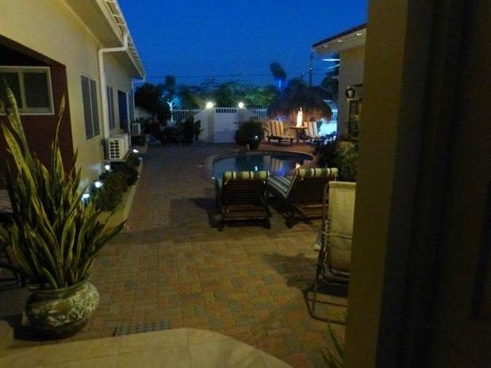 Little Paradise Aruba Vacation Apartments: el patio desde la habitacion