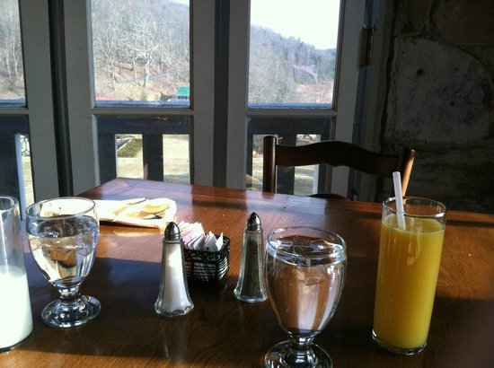 Mountain Lake Lodge: Our view at breakfast looking over the front grounds