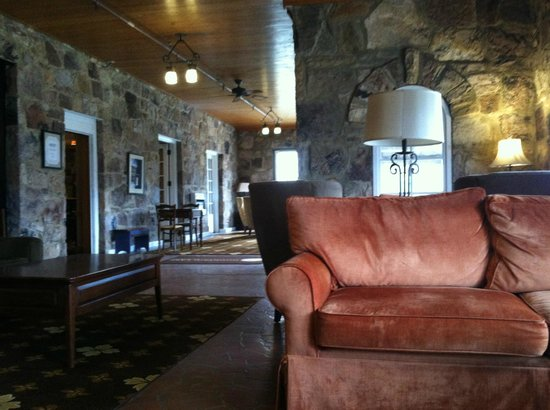 Mountain Lake Lodge: Comfy chairs and couches