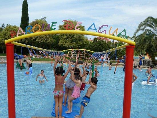 Toboganes en piscina infantil picture of piscina parque for Toboganes para piscinas