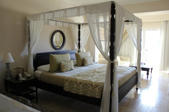 TRS Turquesa Hotel: King size canopy bed