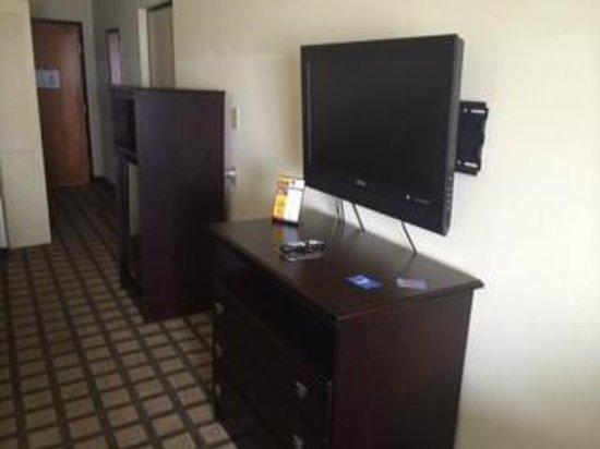 Comfort Inn & Suites: TV in room