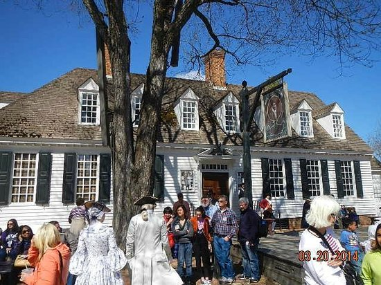 Colonial Williamsburg : crowd brewing in conflict